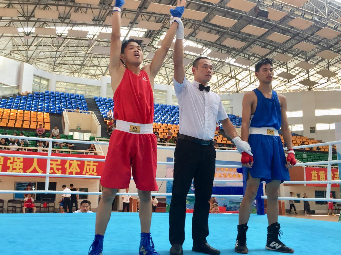 广西拳击锦标赛贺州选手严昭锐在比赛中获胜