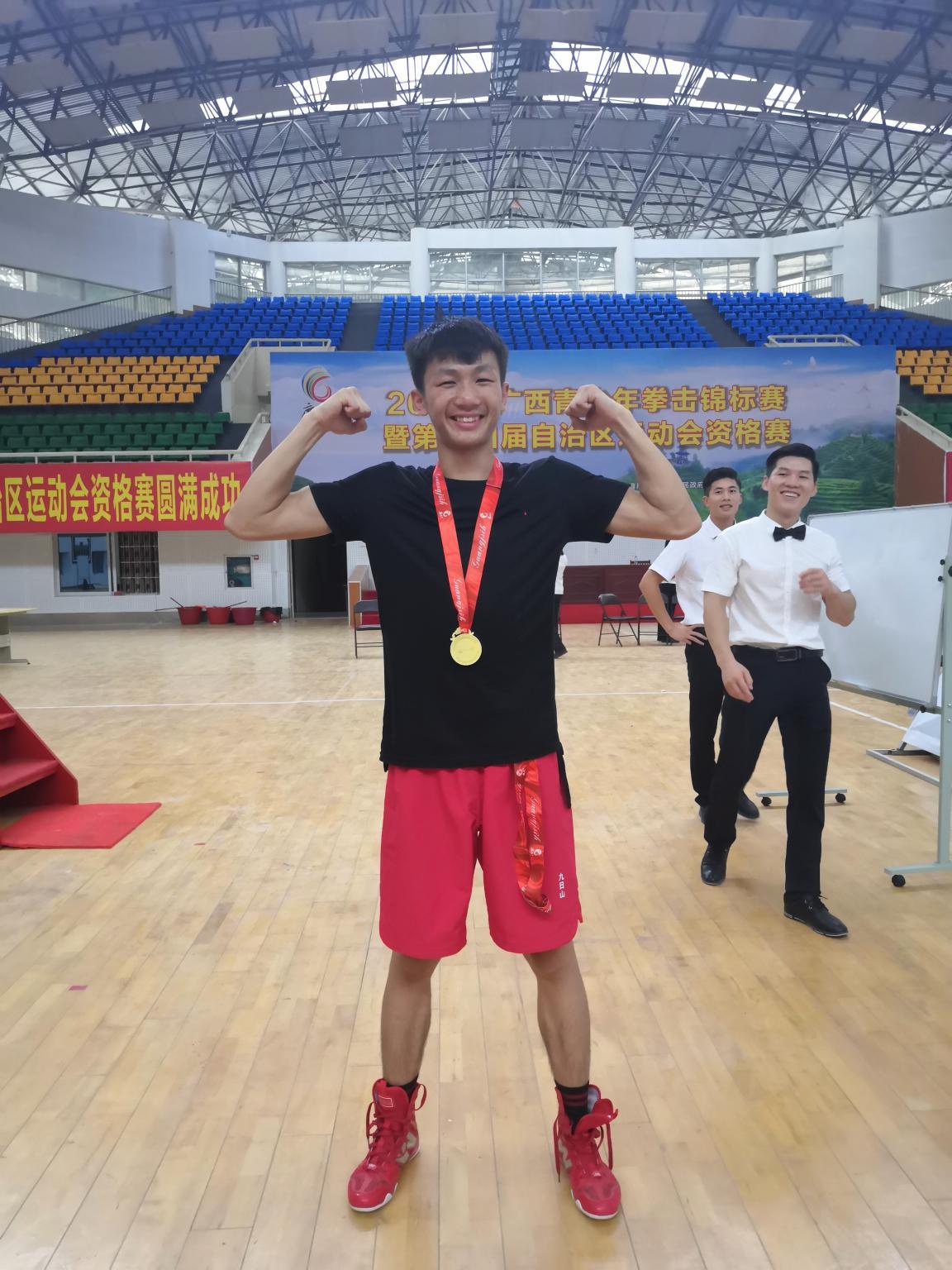 广西拳击锦标赛贺州选手陈致坚荣获男甲57公斤级金牌